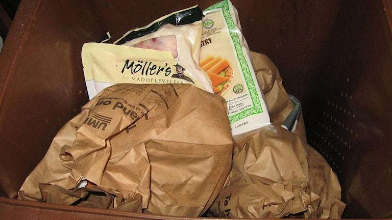Plastförpackningar i källsorteringen för matavfall, Foto: Anna Burén/SR.