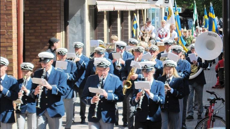 I Skellefteå tågade nationaldagsfirarna till Bonnstan anförda av musikkåren. Foto: Magnus Bergner/SR.