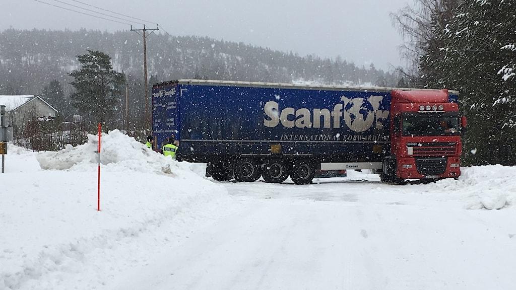 Lastbil blockerar vägen