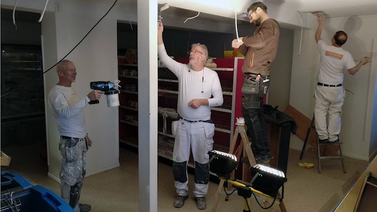 Hantverkare jobbar i affärslokalen i Rusksele