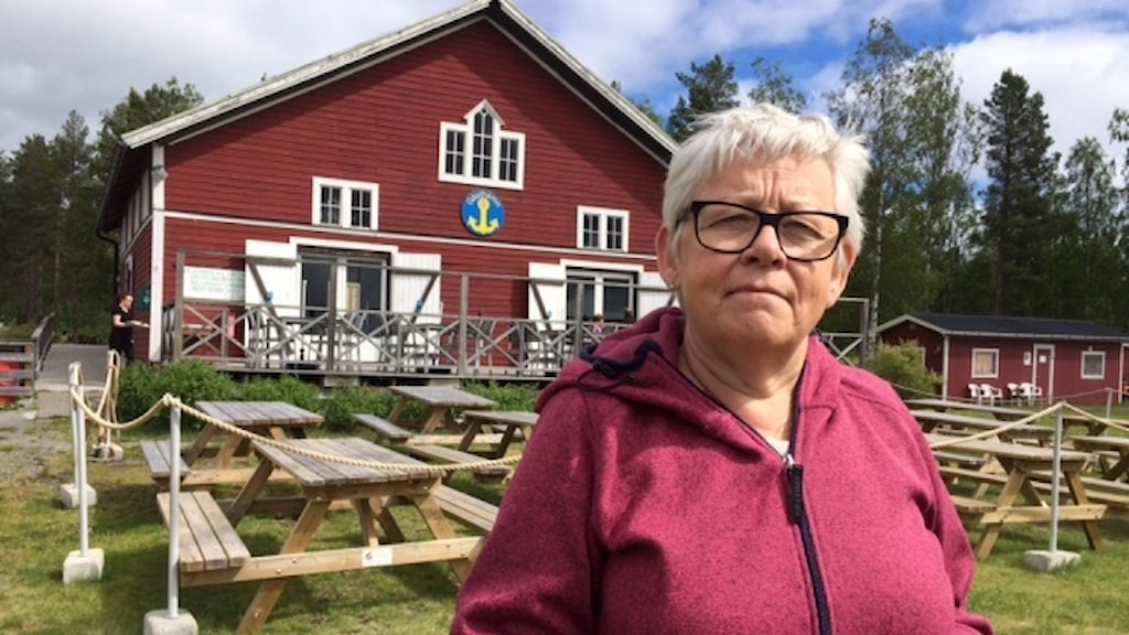 Eva Ejderhäll framför hamncafeet Foto Åza Meijer