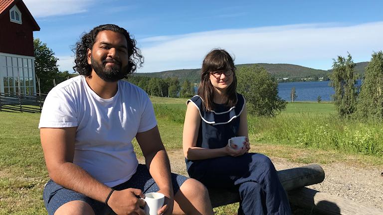 Vineik Posaria och Hanna Landström sitter vid en lägereld vid Tavelsjö