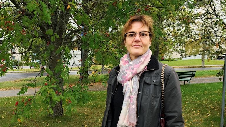 Agneta Filén, marknadschef på Umeå Energi, framför en rönn utomhus