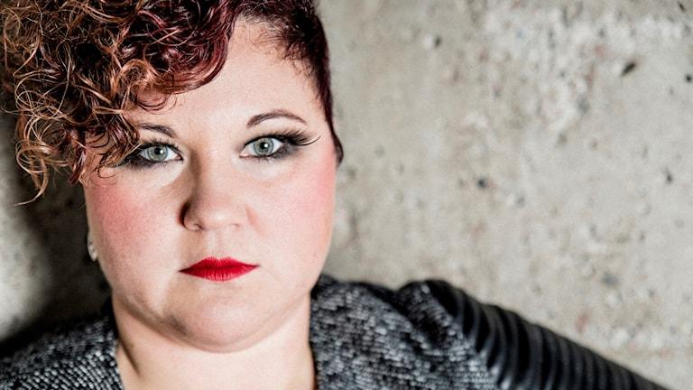 Sara Ajnnak finalist i P4 Nästa Västerbotten 2018 framför en betongvägg