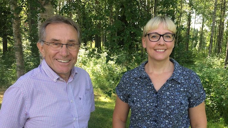 Erland Dahlin och Maria Olsson framför en skogsdunge