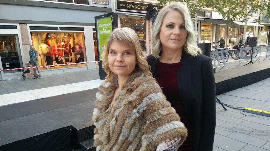 Anna Majanemi och Susann Witikko på väg mot catwalken.