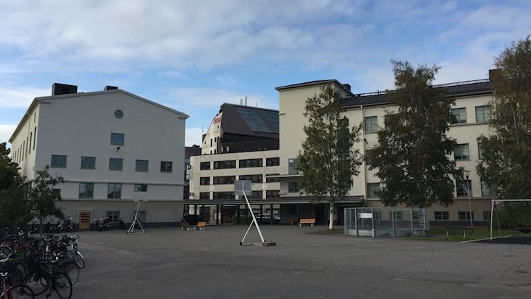 Vit betongbyggnad i centrala Skellefteå byggd som skola, arkitektritad.