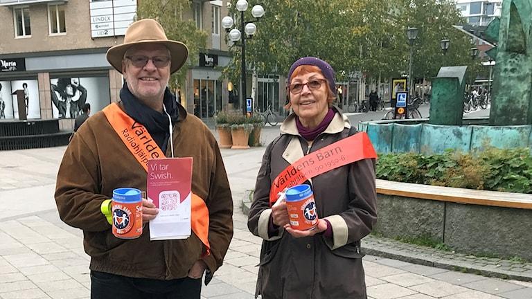 Per-Martin Jonasson, regionsamordnare för Världens barn, och Görel Lindahl, volontär från IOGT-NTO, på Renmarkstorget i Umeå