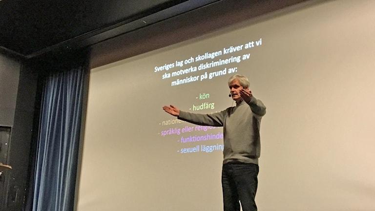 Per Lindberg, rektor på Malgomajskolan, håller tal till eleverna