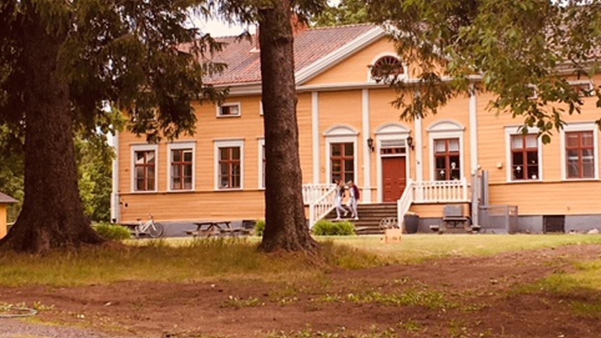Den gula herrgården på Dalkarlså folkhögskola. Foto Pia Diaz Bergner/Sveriges Radio