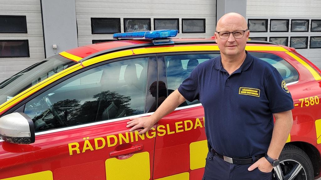 Roger Westerberg räddingschef i Vännäs och Bjurholm står framför en bil från räddningstjänsten.