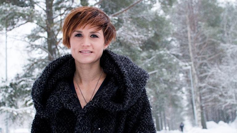 Malin Rehn utomhus och det snöar