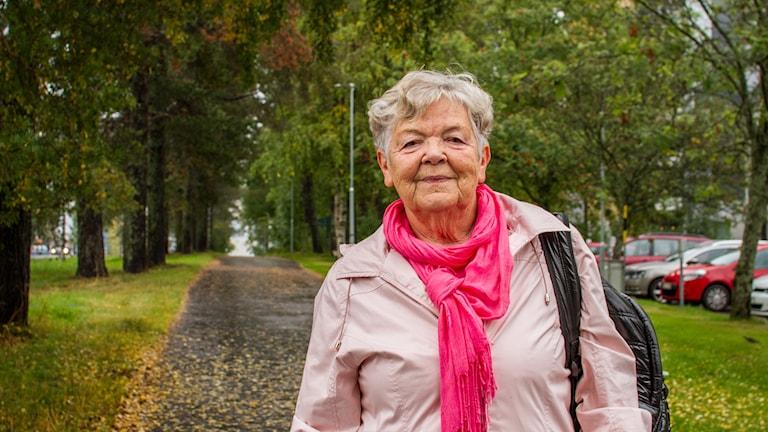 Anita Berg, ordförande för PRO i Umeå vid en cykelbana full med löv