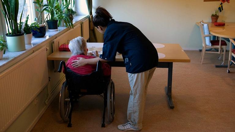 Undersköterska hjälper en äldre person på ett boende, Foto: Henrik Montgomery/Scanpix.