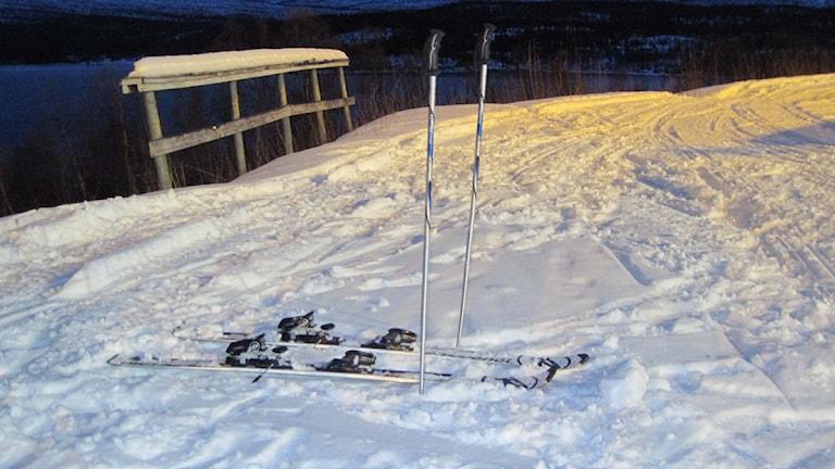 Skidor och stavar väntar i skidbacken. Foto: Emma Jonsson/SR.