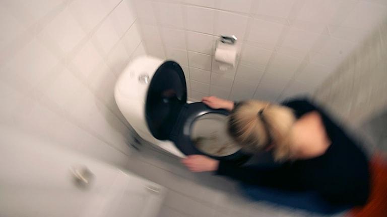 Vinterkräksjukan gör sig påmind i år igen. En kvinna som mår illa kräks i en toalettstol. Foto: Fredrik Sandberg/Scanpix.