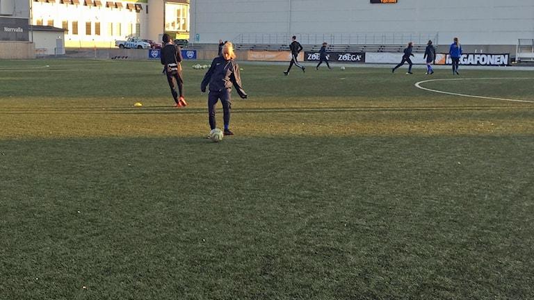 Kvinnor som tränar fotboll.