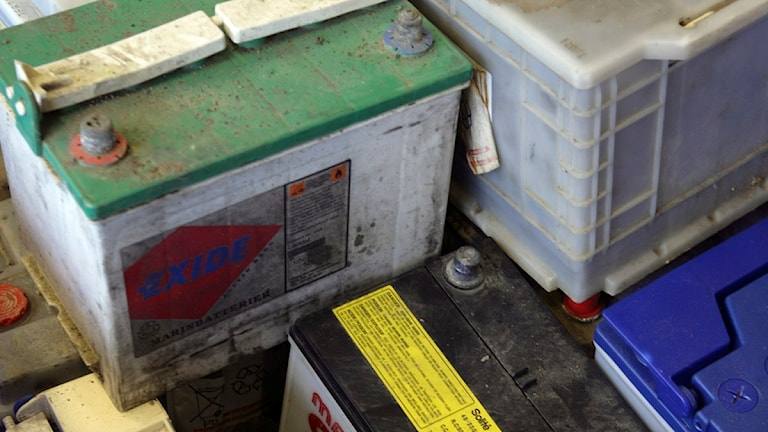 Uttjänta bilbatterier insamlade på en återvinningscentral. Foto Fredrik Sandberg / SCANPIX