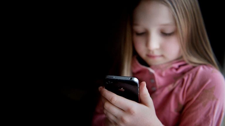 Flicka med mobiltelefon