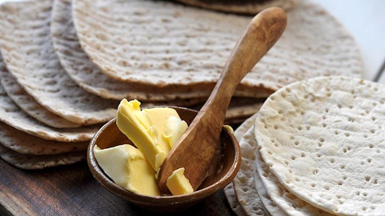Mjukt tunnbröd och en skål med smör. Foto: Leif R Jansson/Scanpix.