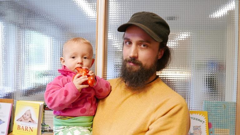 Birk Skarin och med Lo, 9 månader, i famnen.