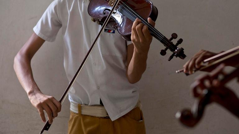 Ung person spelar fiol