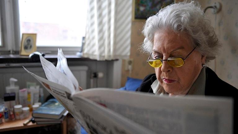 En äldre kvinna läser tidningen. Foto: Bertil Ericson/Scanpix.