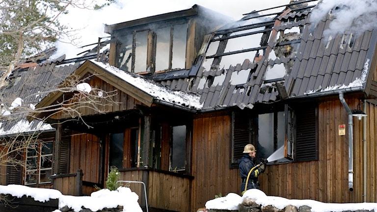Brandmän eftersläcker villabrand. Foto: Gunnar Ask/Scanpix.