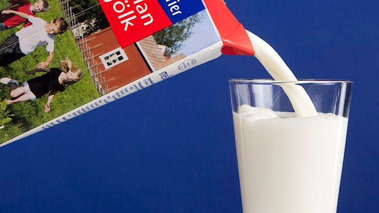 Mjölk från Norrmejerier hälls i ett glas. Foto: Jan Lindmark.