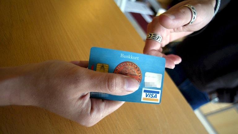 Arkivbild. Ett bankkort används vid betalning. Foto: Peter Lydén/Scanpix.