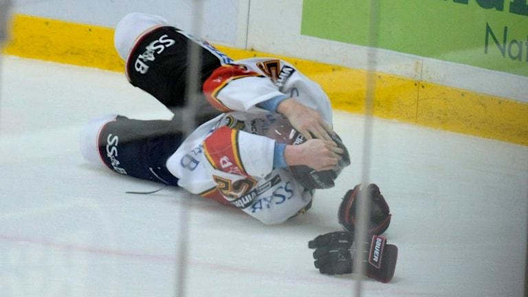 Hockeyspelare drabbad av hjärnskakning efter tackling. FOTO: LEIF R JANSSON / SCANPIX
