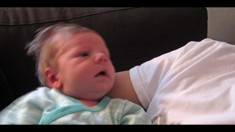 En baby i pappas famn