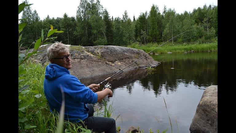 Inge Lindström Överklinten fiskar i Rickleån. Foto Anders Wikström SR