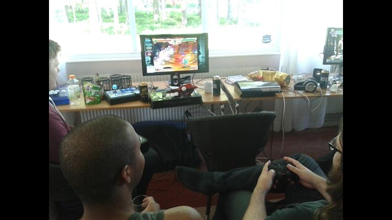 Ett gäng glada gamänger spelar TV-spel på Ersboda. Foto Edward Karp/SR