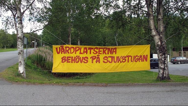 Banderoll utanför sjukstugan i Dorotea. Foto:  Anna Burén/SR.
