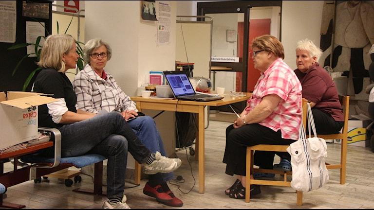 Pia Diaz Bergner pratar med Eivi Björn, Selma Nilsson och Eivor Jonasson Foto: Helena Andersson/Sveriges Radio