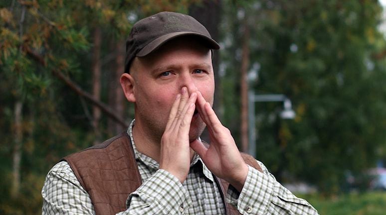 Viltbiologen P-A Åhlén visar hur man lockar på älg. Foto: Helena Andersson/Sveriges Radio