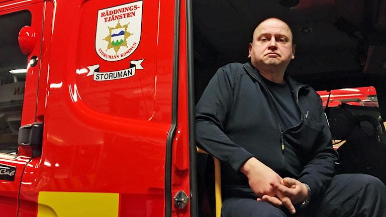 Lars-Erik Sundqvist, räddningschef i Storuman, sitter i en brandbil