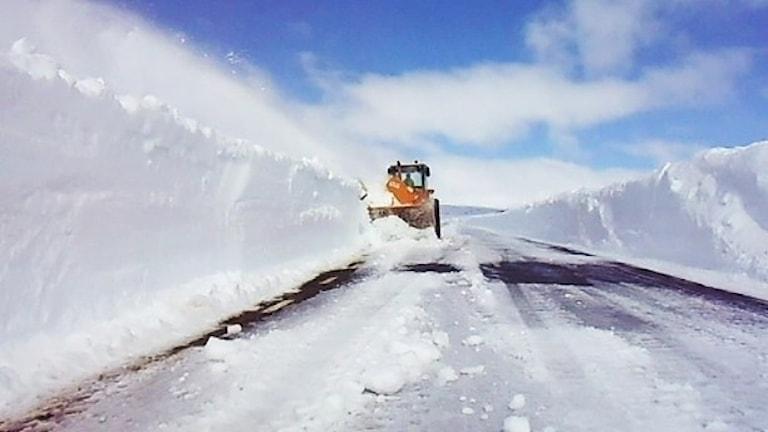 Plog på väg med höga snövallar