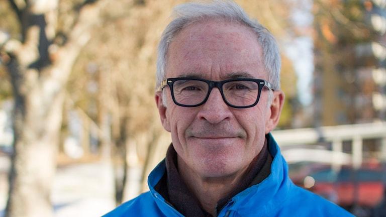 Porträttbild på Jonny Hjelm, professor i historia vid Umeå universitet, utomhus