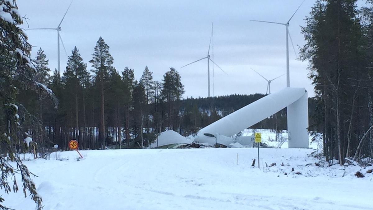Ett 230 meter högt vindkraftsverk gick sönder.