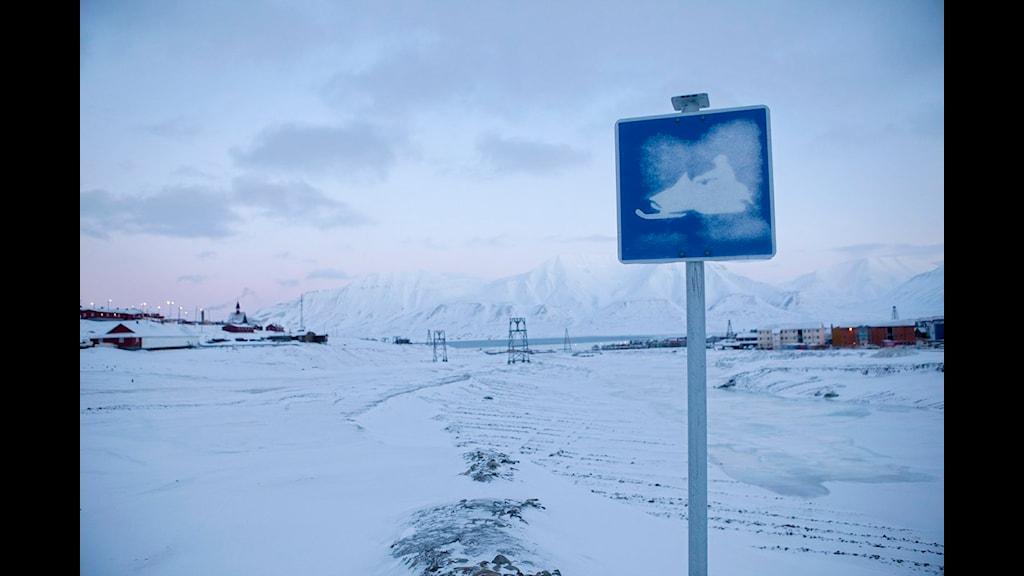 Snöskoterled med en vägskylt. Foto: Meek Tore