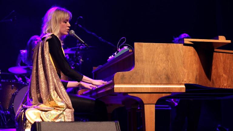 På söndag sätter sig Frida Hyvönen vid pianot för en välgörenhetskonsert i Robertsfors. Foto:Jonna Spiik/Sveriges Radio