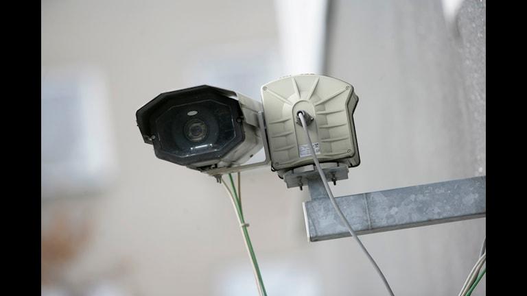 Övervakningskamera sitter fast på vägg. FREDRIK SANDBERG / TT