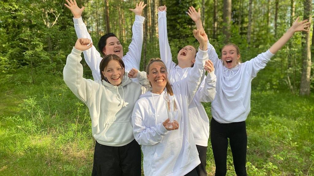 Glada bandmedlemmar i Follow höjer bucklan efter vinsten i P4 Nästa Västerbotten