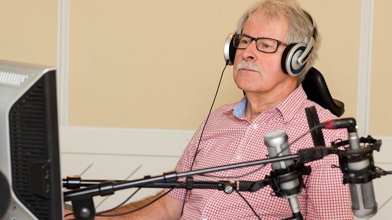 Konsumentjournalisten Sverker Olofsson i en radiostudio.