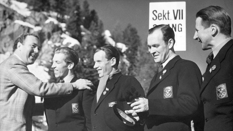 Prins Bertil gratulerar Martin Lundström under vinter-OS i Sankt Moritz 1948. Foto: SVT Bild.