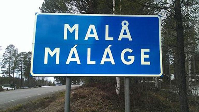 Tvåspråkig vägskylt i Malå. Foto: Privat