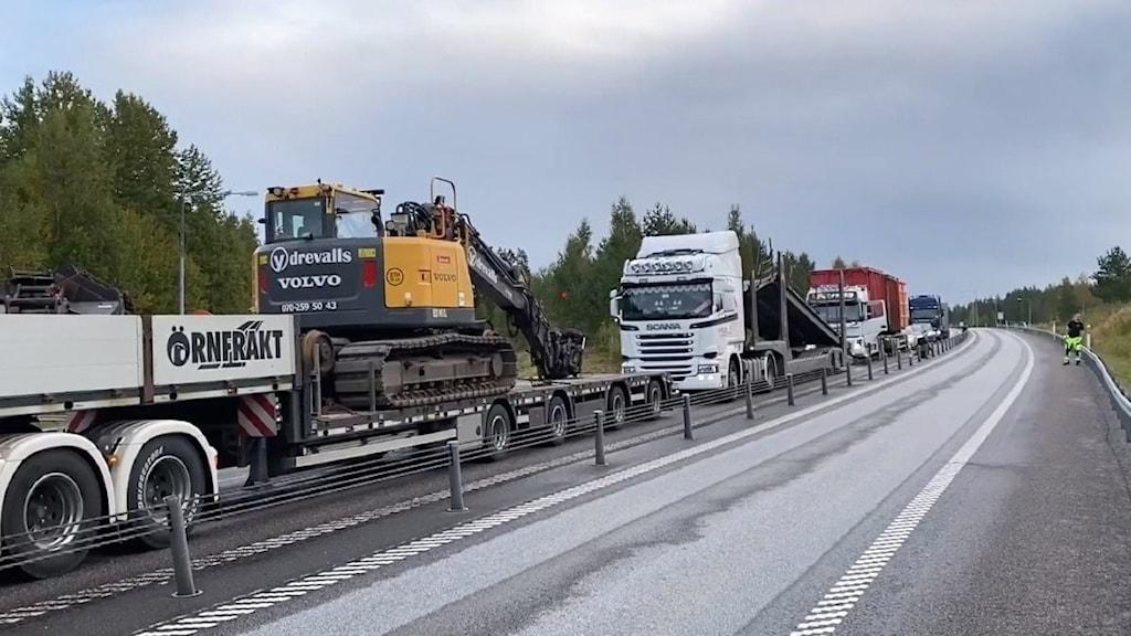 Lång kö med lastbilar på E4:an vid Sävar
