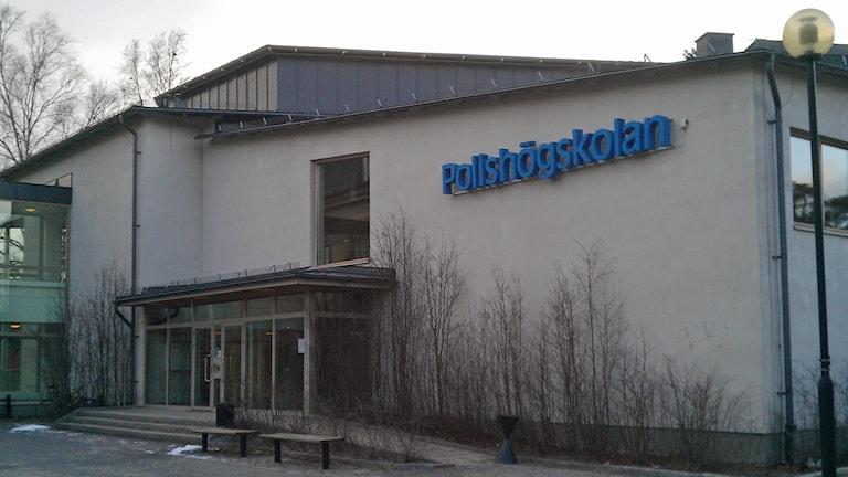 Entrén till polisutbildningen i Umeå. Foto: Peter Öberg, Sveriges Radio.
